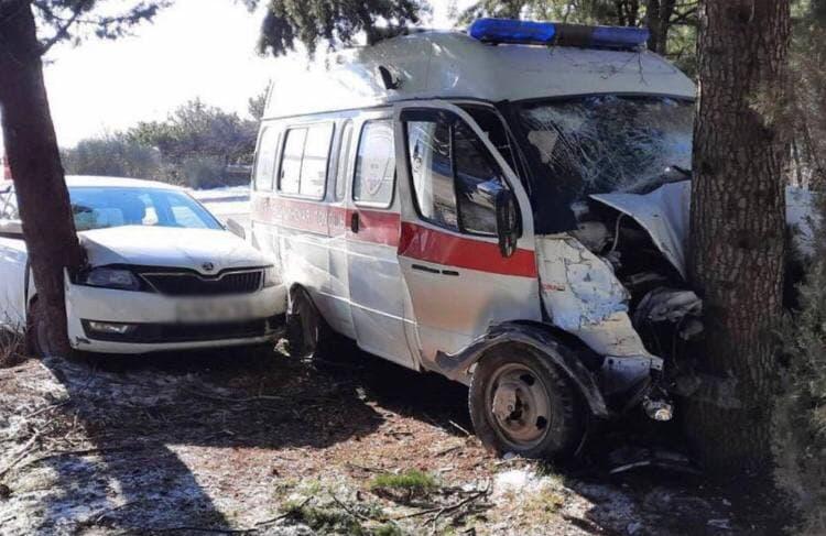 При столкновении «скорой» и легковушки на ЮБК пострадали три человека