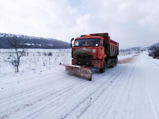 В Севастополе продолжается борьба с гололедом