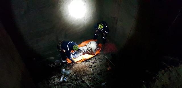 Крымские спасатели достали мужчину, упавшего в котлован (Фото)