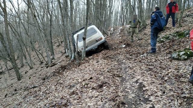 В Крыму семейная пара с тремя детьми застряла на автомобиле в грязи