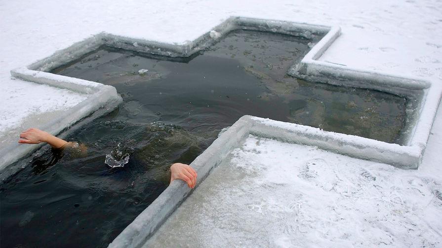 Россиянам напомнили о правилах крещенских купаний