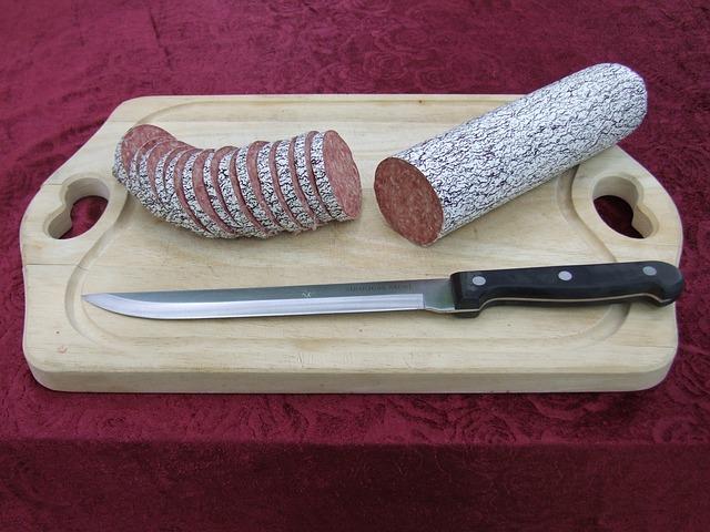 Крымчанка бросила мужу нож для нарезки колбасы и попала в сына