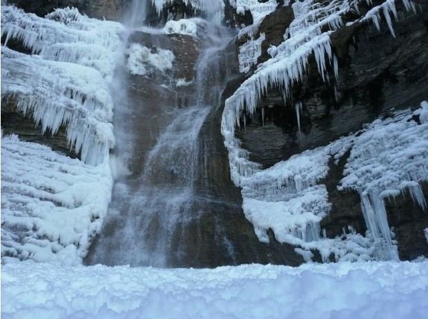 Стометровый водопад Учан-Су в Крыму сковало льдом