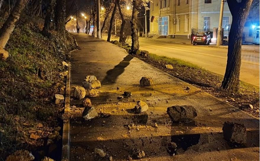 В Симферополе обвалилась каменная стена