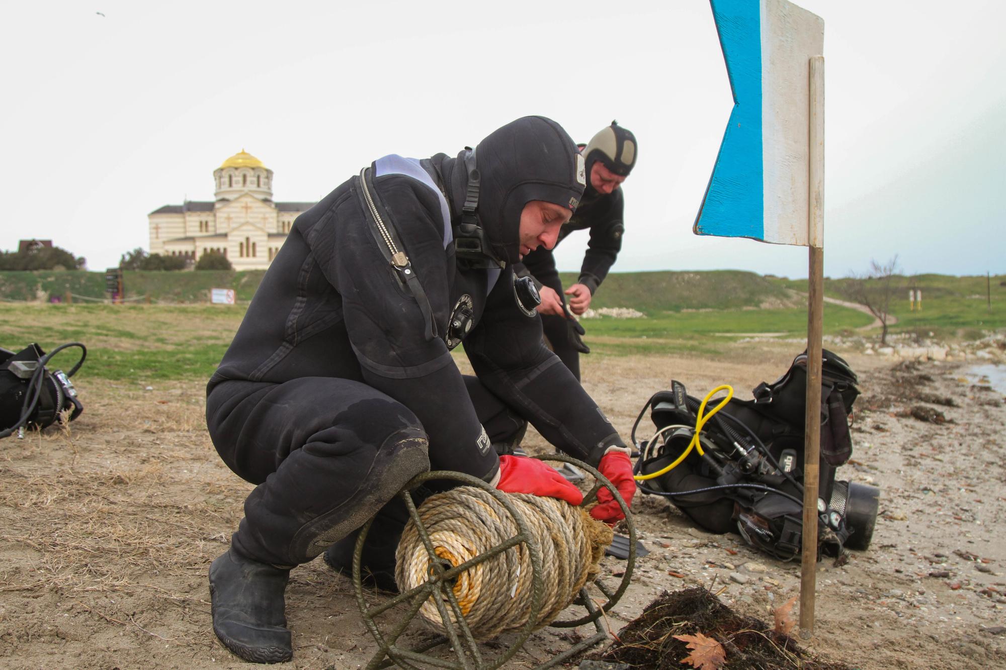 В Севастополе водолазы расчистили морское дно для крещенских купаний