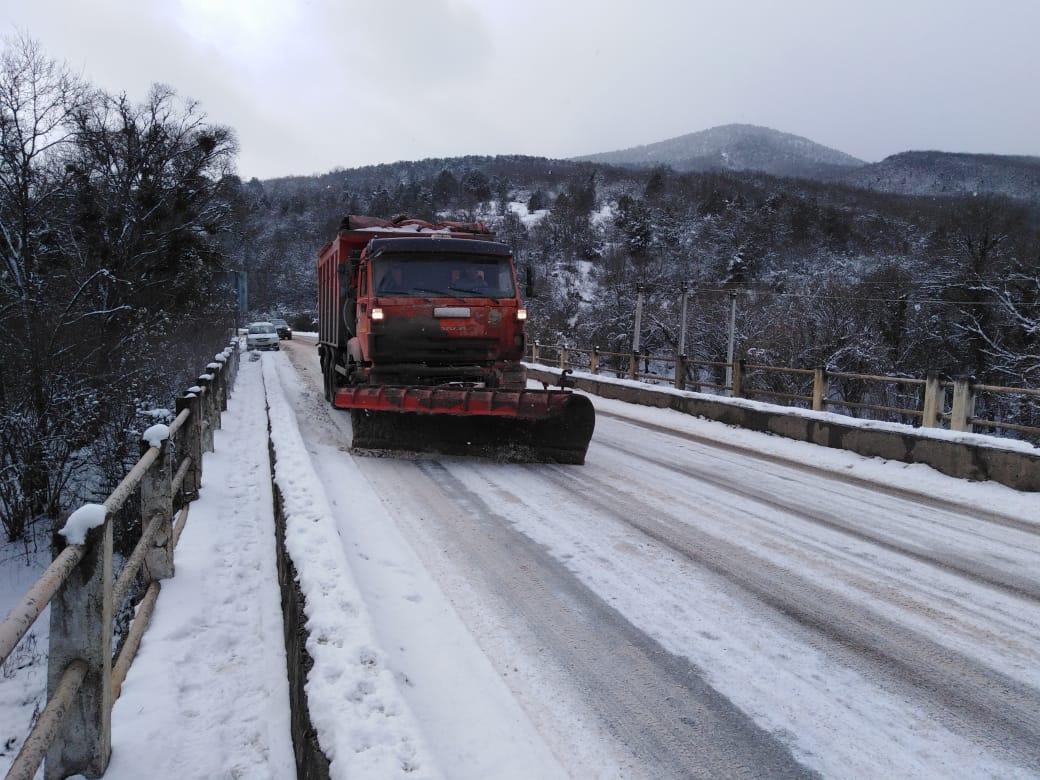Дороги под Севастополем очищают от снега
