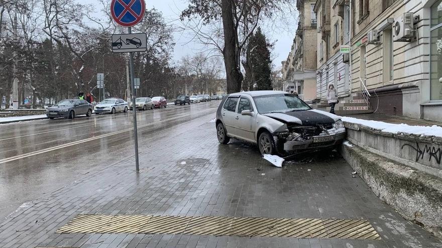 В Севастополе водитель специально разбил свою машину, предотвратив крупное ДТП