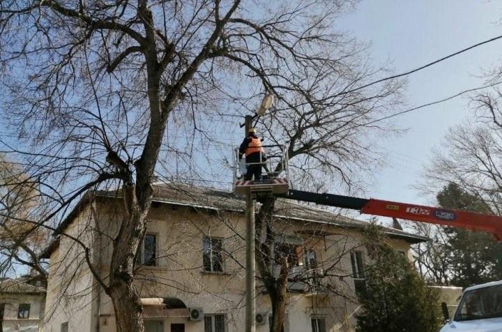 В Инкермане обновляют сети наружного освещения
