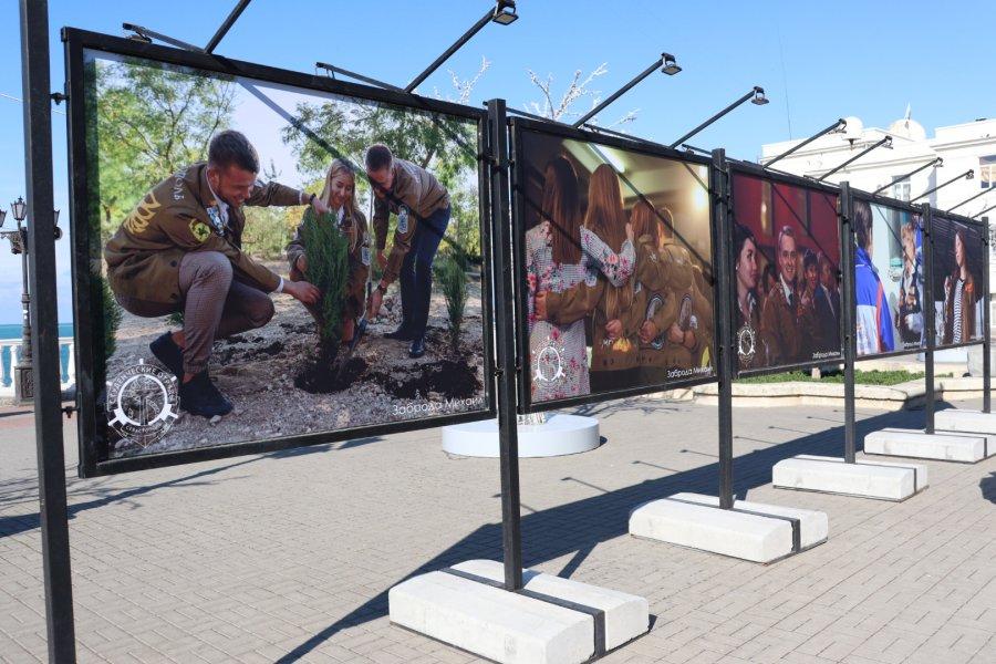В центре Севастополя открылась фотовыставка студенческих отрядов