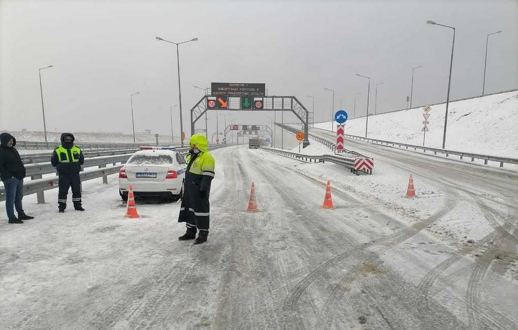 Движение по Крымскому мосту перекрыто из-за сильных снегопадов