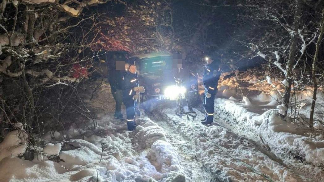 На горном плато в Крыму в снежный плен попали два автомобиля (фото)