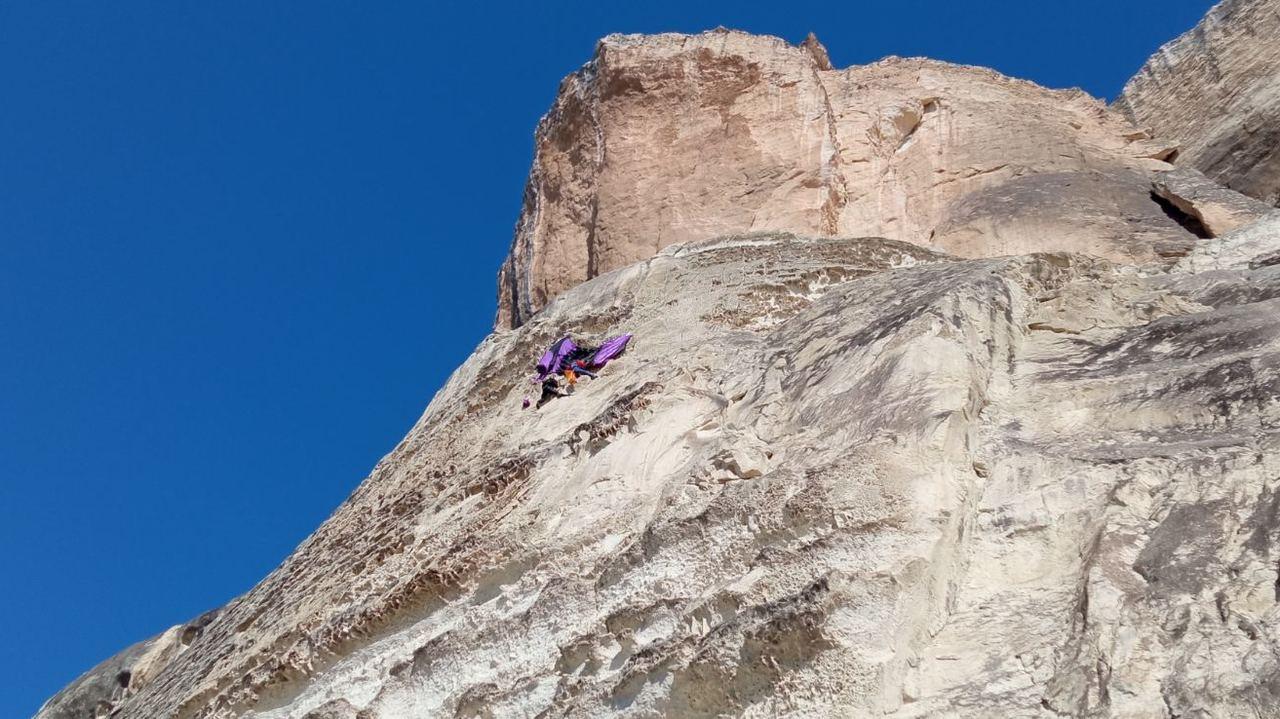 Опасный прыжок: в Крыму парашютист зацепился за скалу и повис на ней