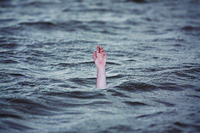 Ушел под воду: в Севастополе полицейский и прохожие спасли тонущего мужчину