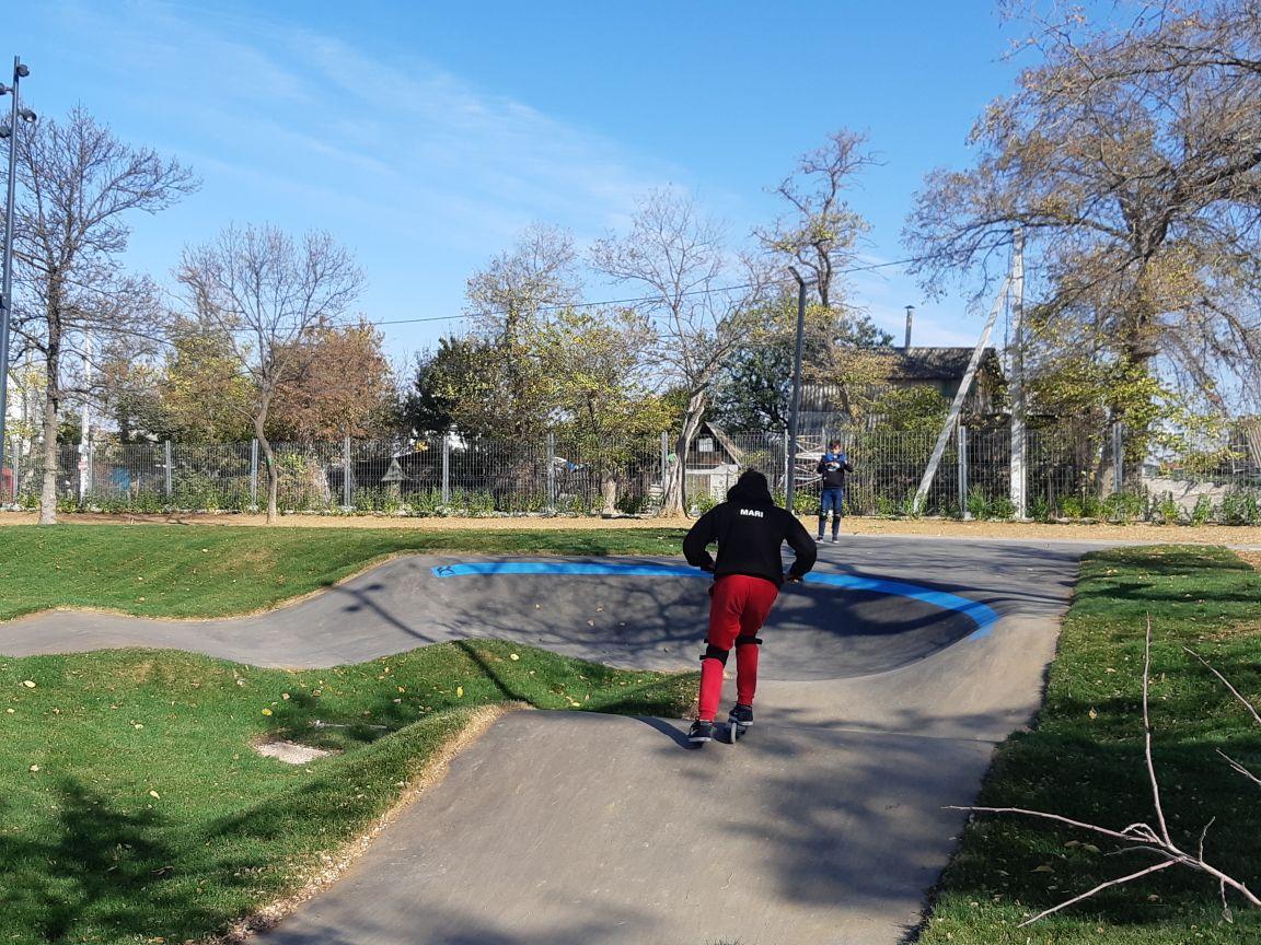 Вандалы разрушают только что отреставрированный Комсомольский парк