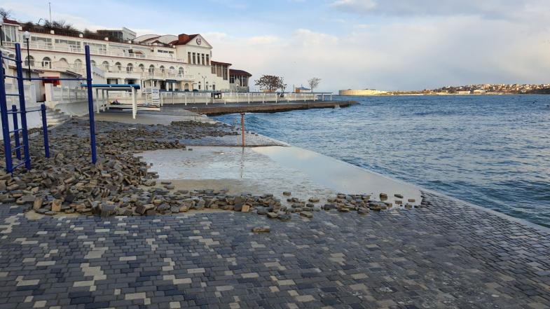 На пляже «Хрустальный» в Севастополе шторм снова смыл плитку (фото)