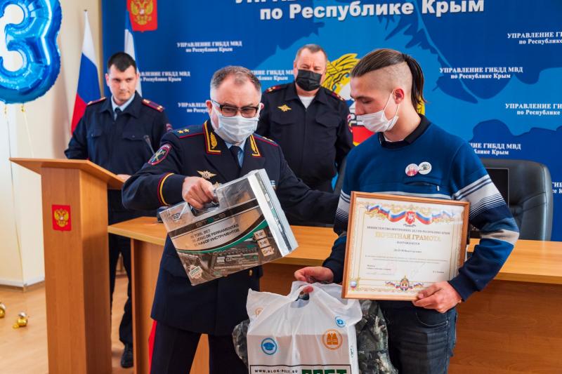 Крымского подростка, задержавшего преступника, пригласили работать в МВД