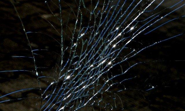 В Симферополе автомобиль врезался в дерево, есть пострадавшие