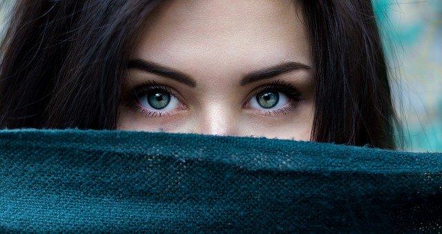 Врач рассказал, почему под глазами появляются синяки