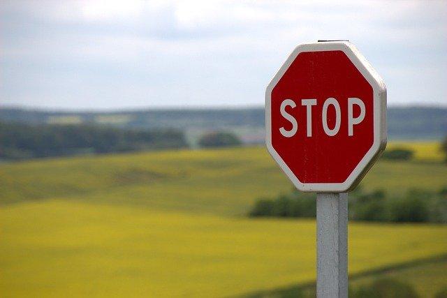 В Крыму мужчина украл дорожный знак