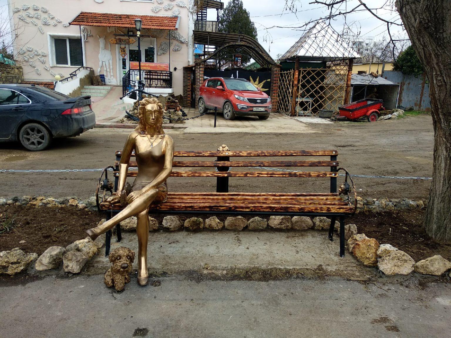 В Севастополе снесли скульптуру девушки с собачкой
