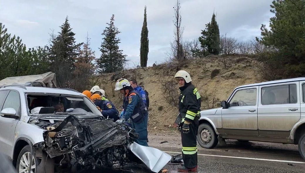 На трассе Ялта-Севастополь столкнулись внедорожник и фургон, есть погибший (фото, видео)
