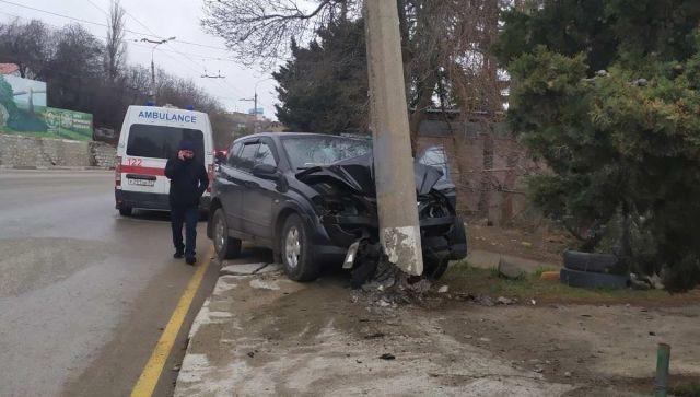 На Ялтинской трассе автомобиль влетел в электроопору: есть жертвы