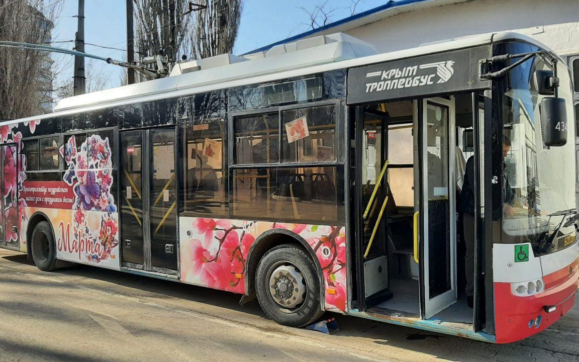 В Крыму запустят праздничный троллейбус с бесплатным проездом и подарками для женщин