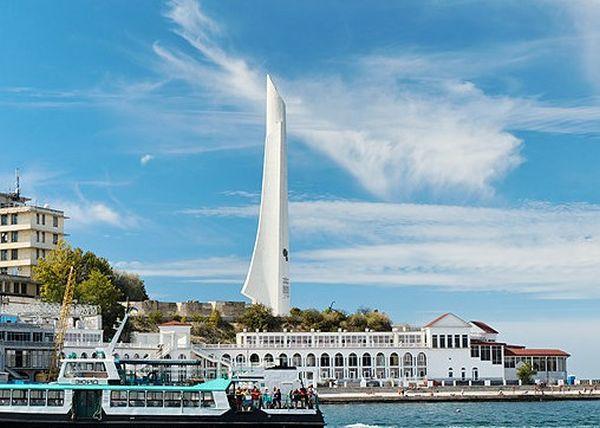 В Севастополе вандалы изуродовали монумент «Штык и Парус»