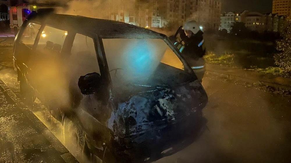 На проспекте Античном в Севастополе дотла сгорел автомобиль