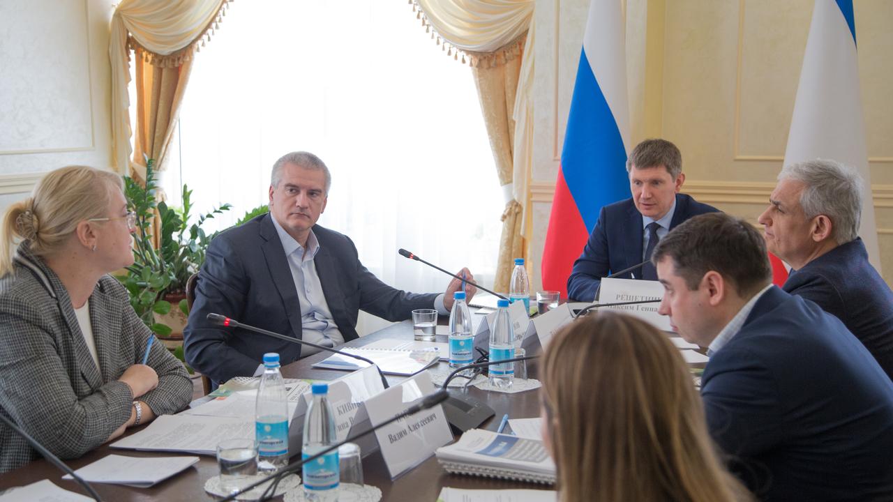 «Чтобы зарплаты росли»: министр экономразвития РФ провел совещание в Крыму