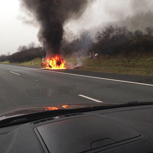 В Севастополе горел автомобиль, на месте работала скорая (фото, видео)