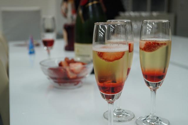 Россияне стали покупать меньше шампанского, шоколада и клубники