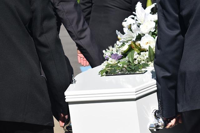 Во дворе жилого дома в Крыму третий год отпевают мертвых