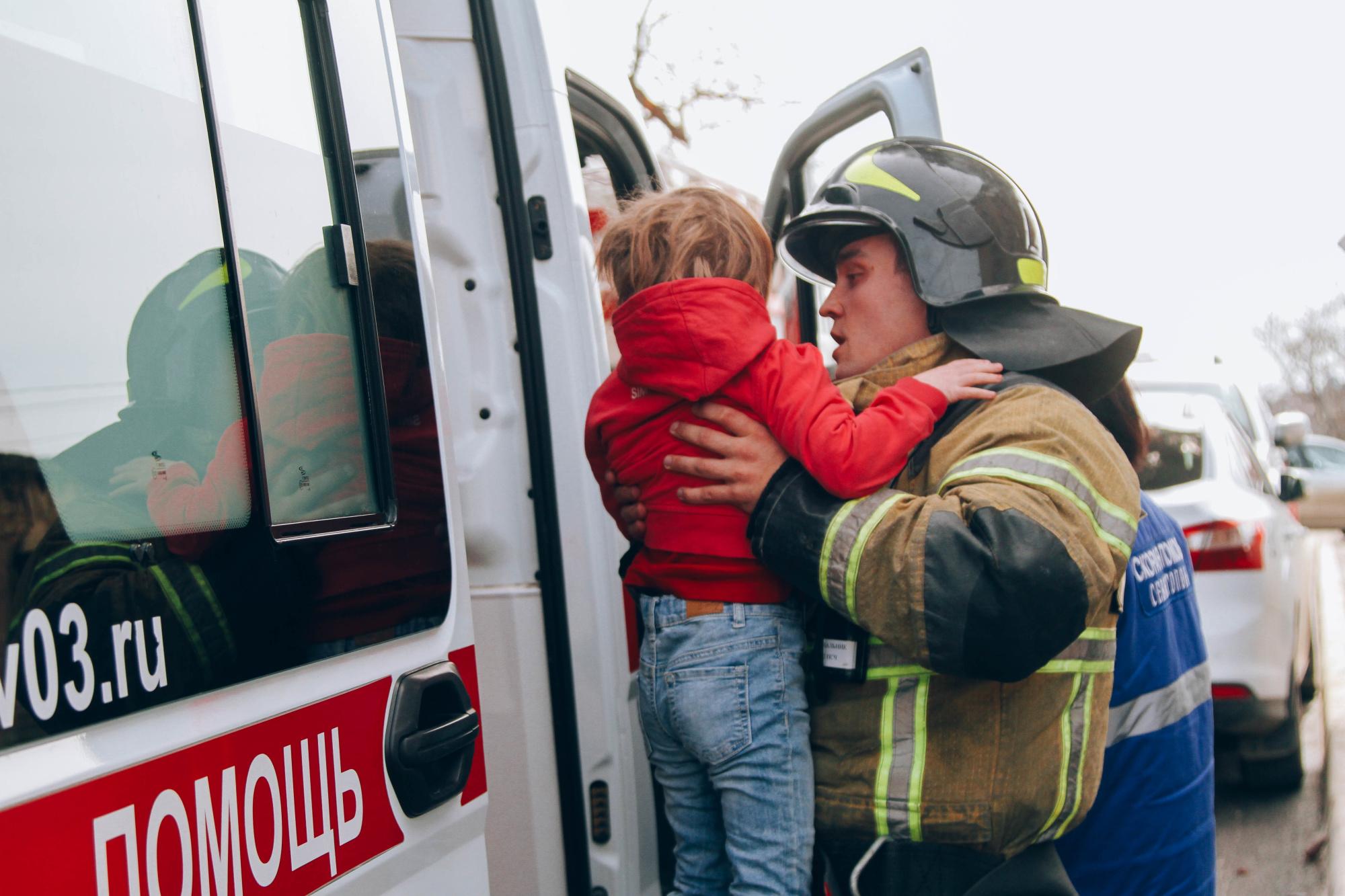 В Севастополе горела многоэтажка, эвакуировали 20 человек (фото, видео)