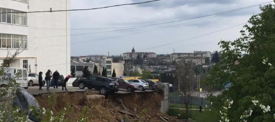 В Севастополе из-за бездействия властей дом может «уползти» вслед за парковкой