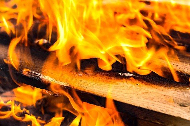 В Севастополе тушили загоревшийся деревянный дом
