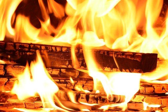 Пожарные потушили крупный ночной пожар в Крыму