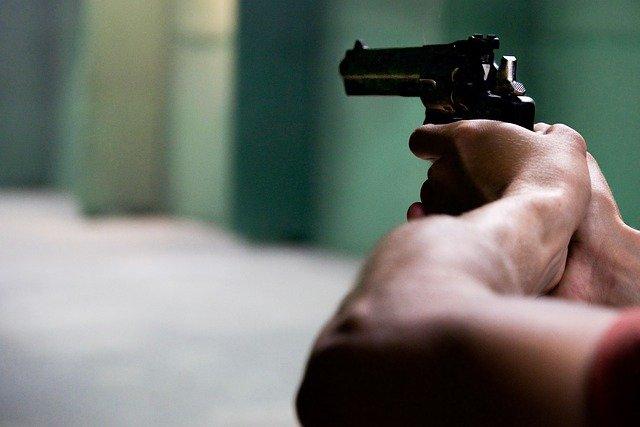 В Подмосковье мужчина забаррикадировался в доме и открыл стрельбу по прохожим и силовикам