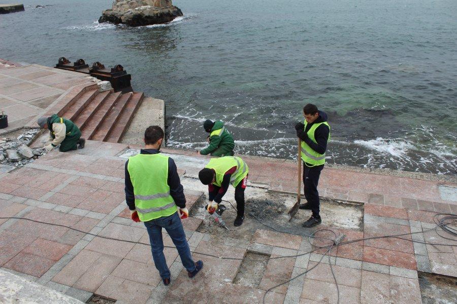 В Севастополе начали восстанавливать набережную Корнилова (фото)