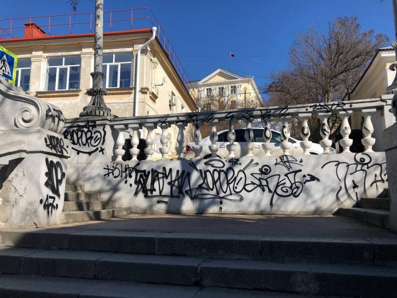 В Севастополе местные жители разрисовали Таврическую лестницу (фото)