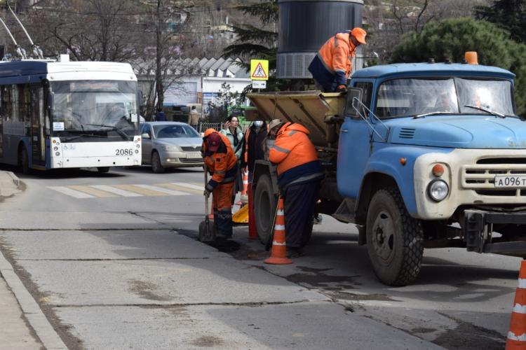 В Севастополе приступили к ямочному ремонту дорог