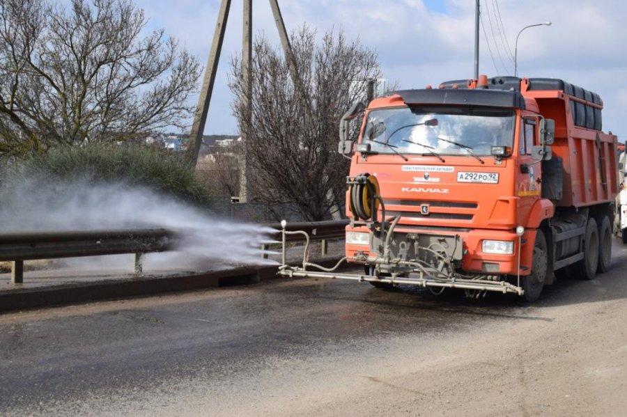 В Севастополе очищают дороги от остатков противогололёдной смеси
