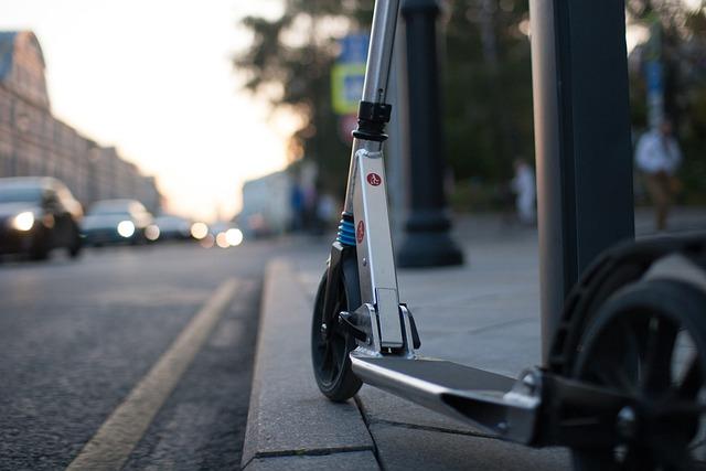 В Симферополе вор на такси украл с улиц пять электросамокатов