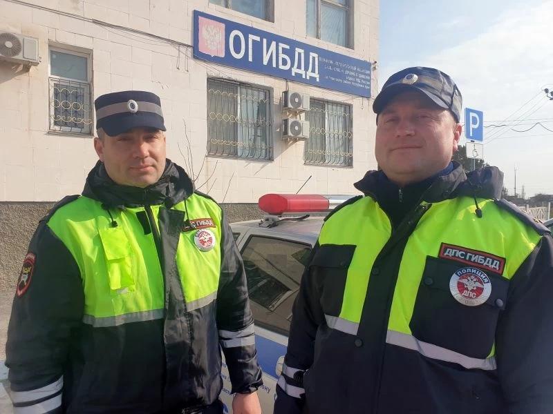 Сотрудники ГИБДД спасли пожилого водителя, у которого на дороге случился инсульт