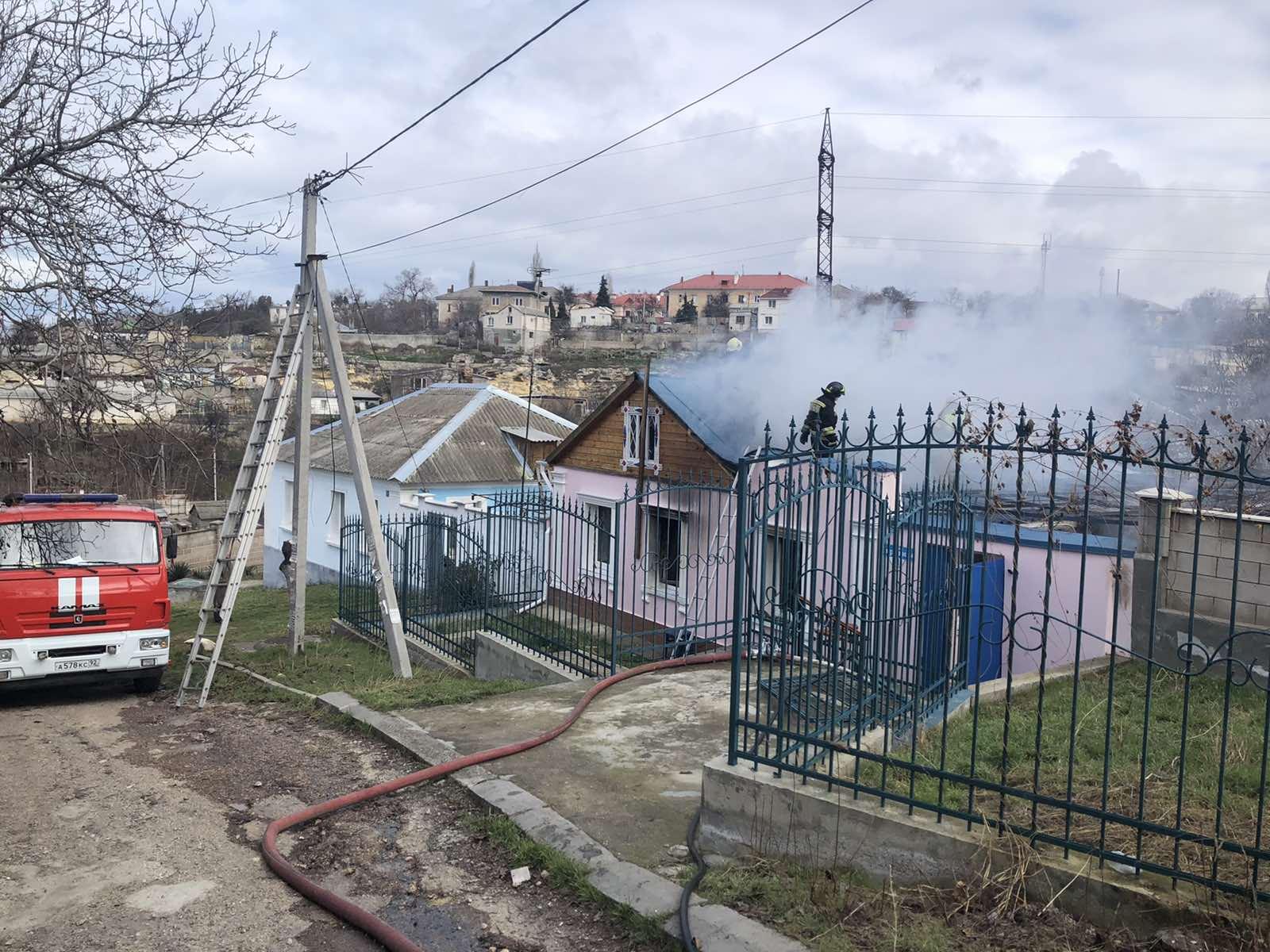 В Севастополе на пожаре пострадали два человека: с ожогами в больнице