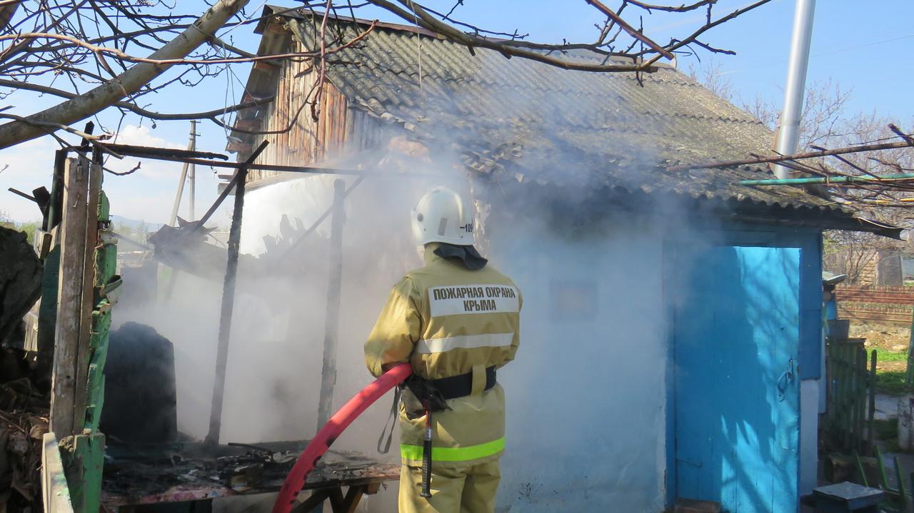 В Крыму потушили пожар на территории частного дома (фото)