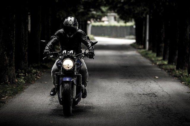 В Крыму мотоциклист вылетел за пределы трассы и перевернулся (фото)