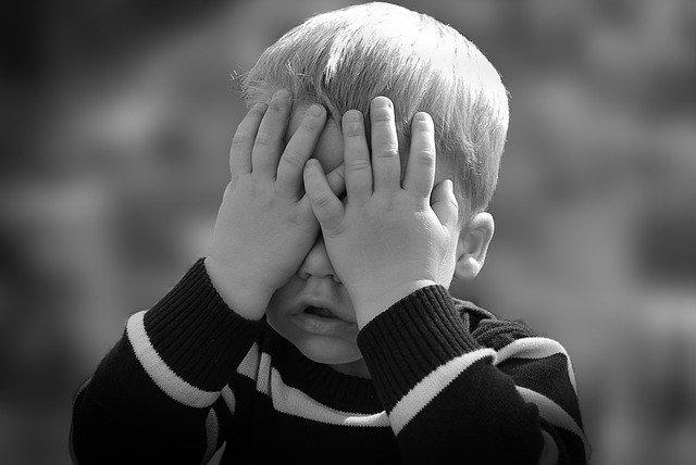 «Лицо и шея в крови»: в Севастополе задержали невменяемого мужчину с маленьким ребенком