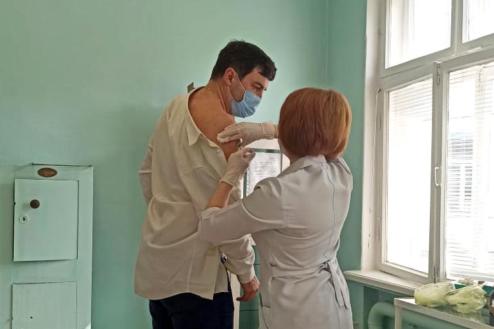 Сотрудники севастопольских предприятий делают прививку от COVID