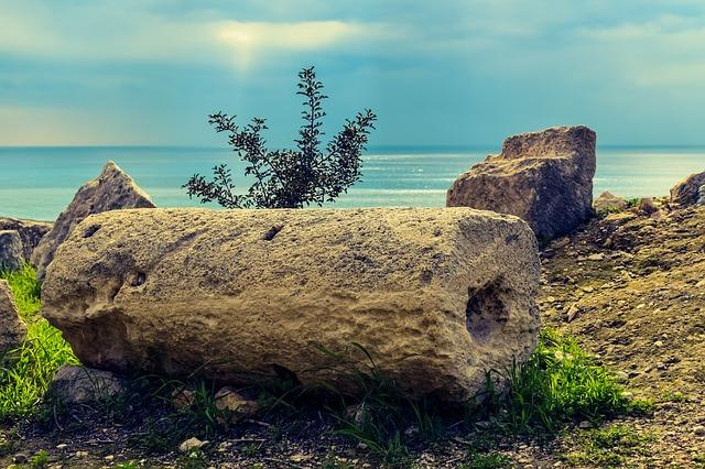 В Керчи на территории сквера нашли средневековые объекты